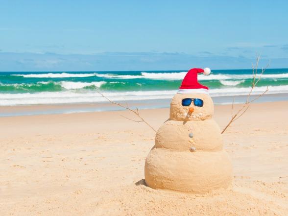 Kerstman-op-het-strand